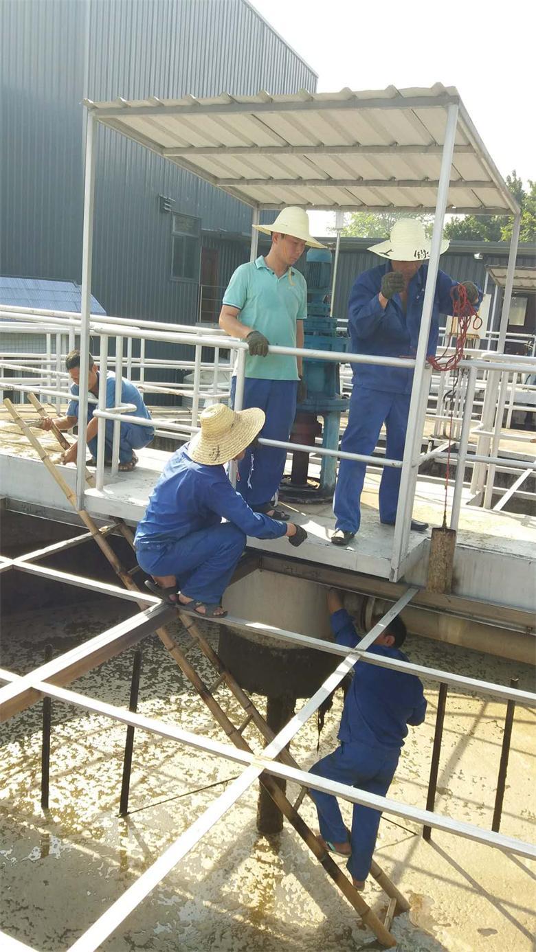 金山污水处理厂机电修清理污泥浓缩池进泥口.jpg